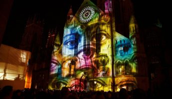 fachada decorada con video mapping