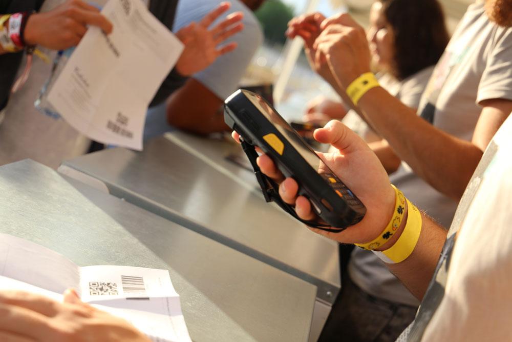 pulseras inteligentes en un festival